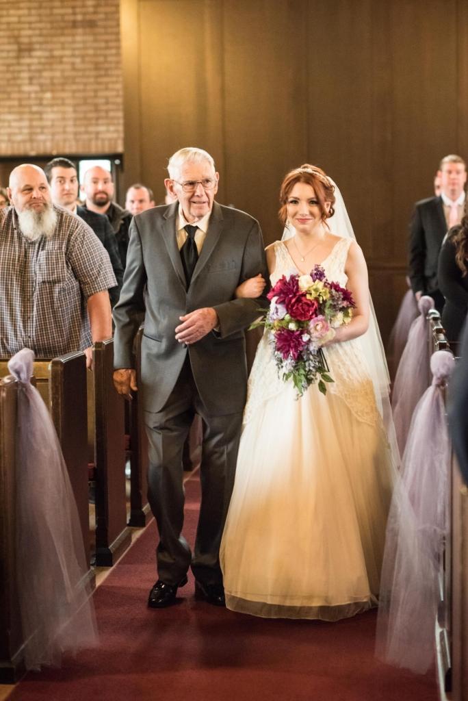 Abuelo camina al altar a su mujer, su hija y su nieta con el mismo vestido