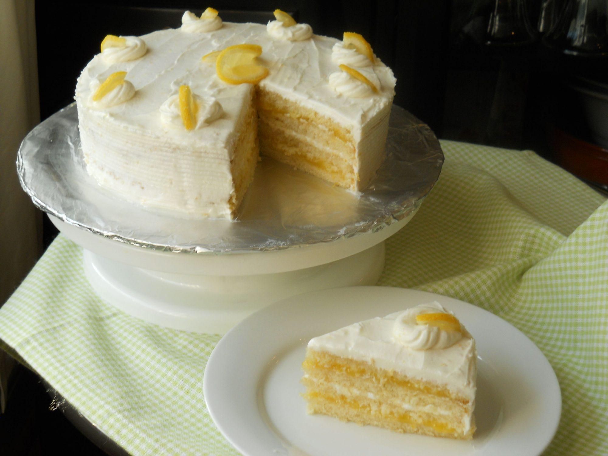 Pastel de limón con relleno de limón y betún de limón