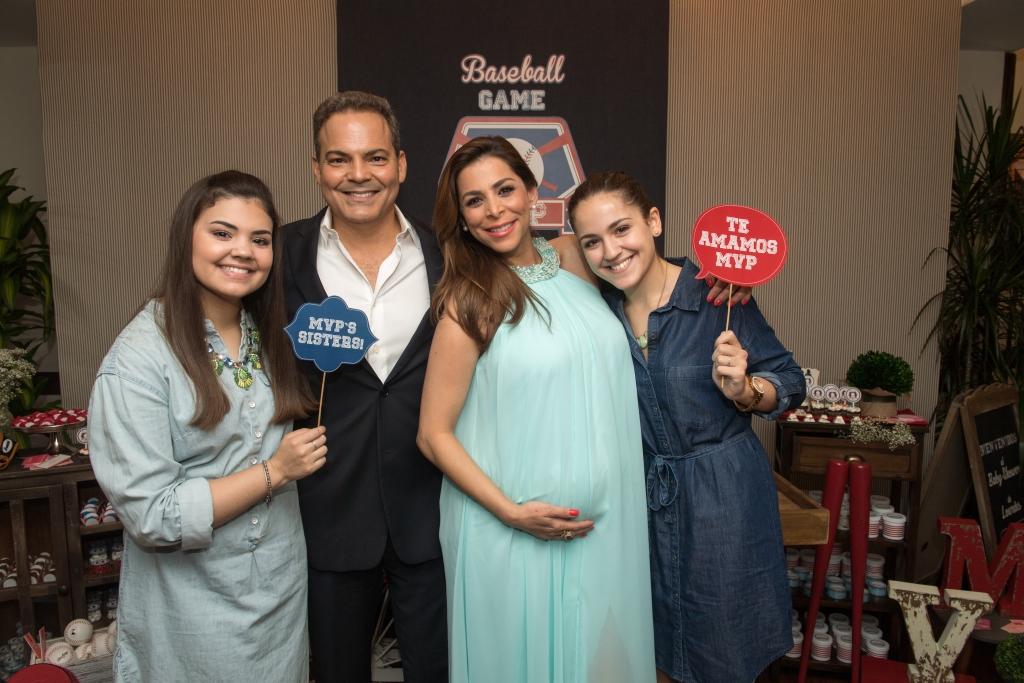 Lourdes Stephen y su esposo Michael Puchades y su hijas