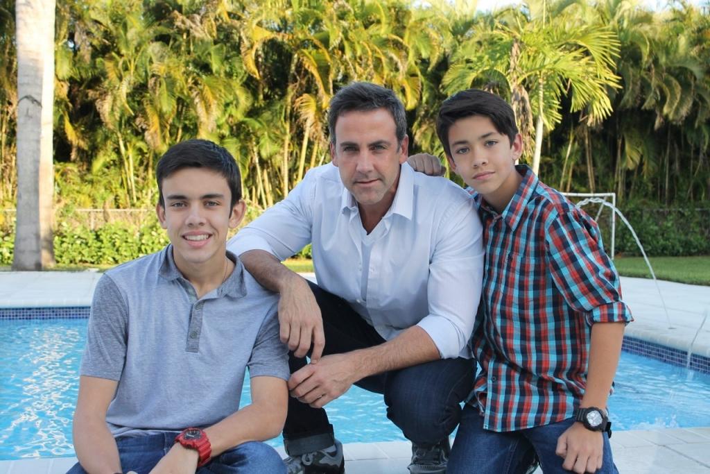Carlos Ponce y su hijos