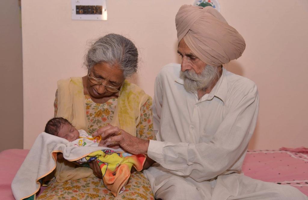 Mohinder Singh Gilly su esposa Daljinder Kaur con su hijo