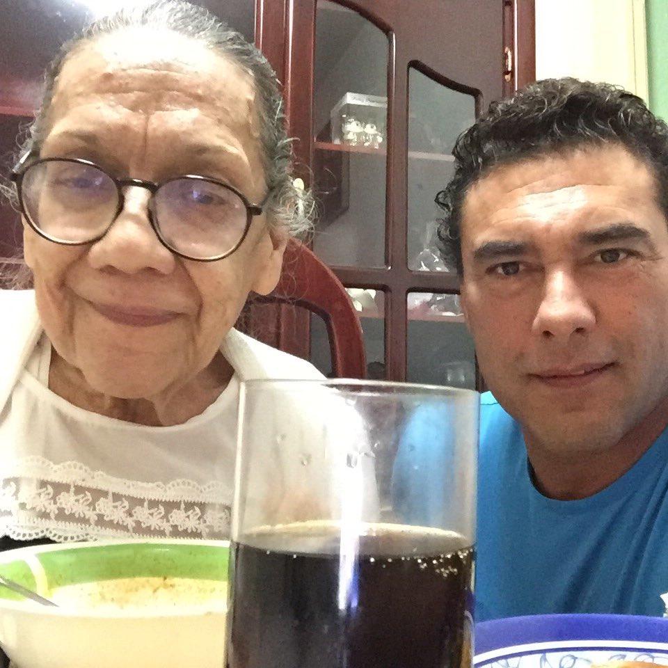Eduardo Yáñez y su mamá