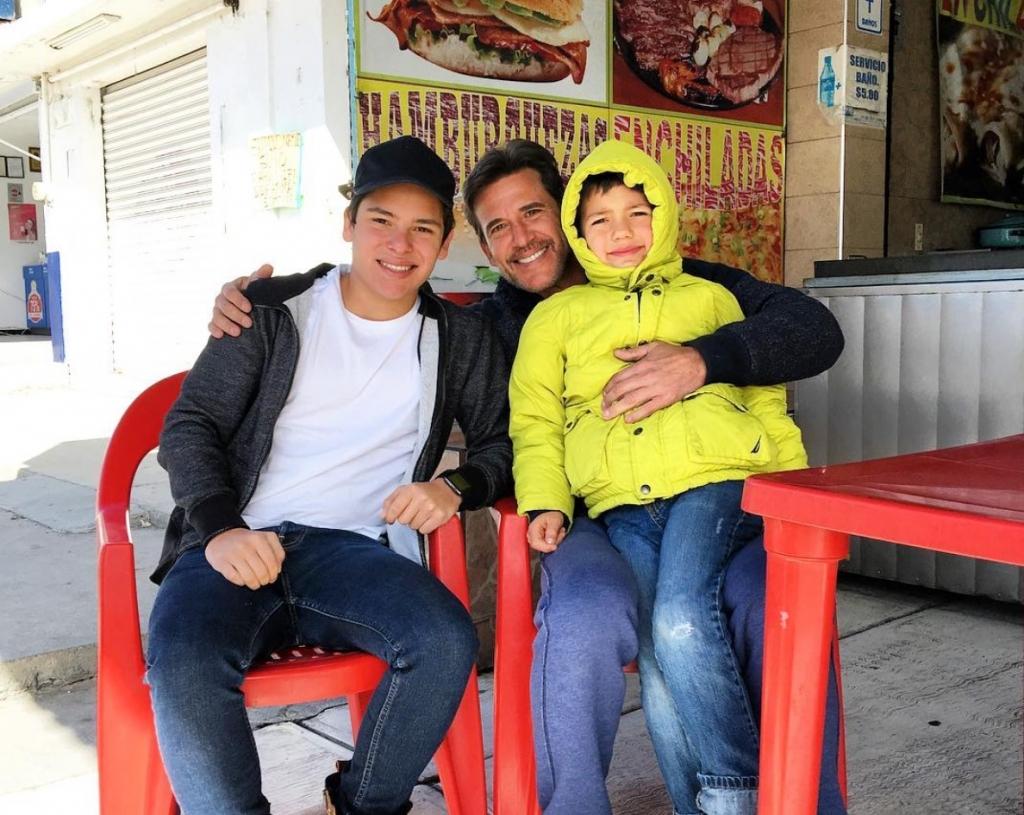 Jorge Aravena con dos de sus hijos
