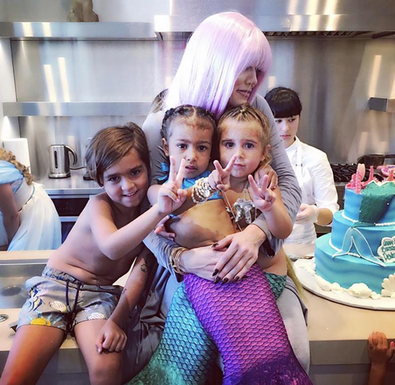 Khloé Kardashian con sus sobrinos