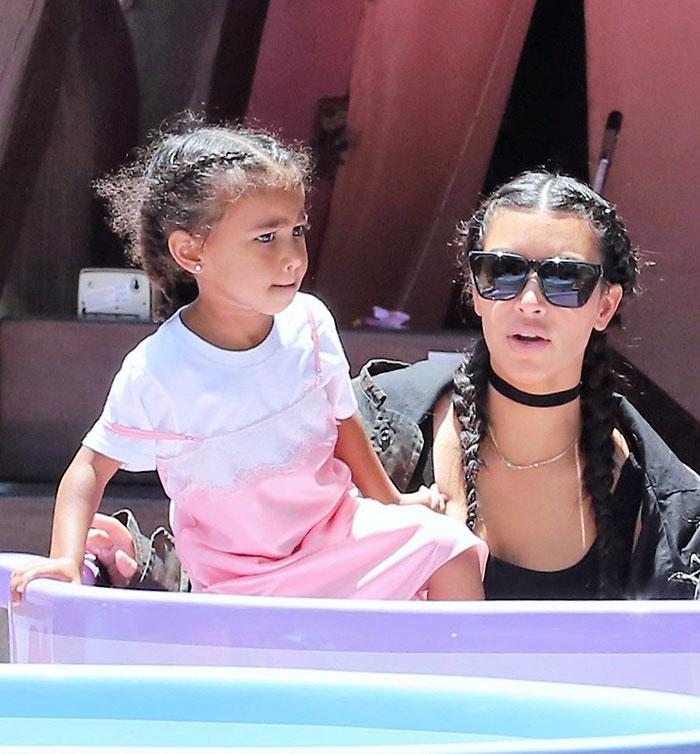 North West y Kim Kardashian en Disneyland