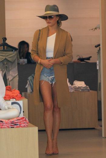 Chrissy Teigen, shorts