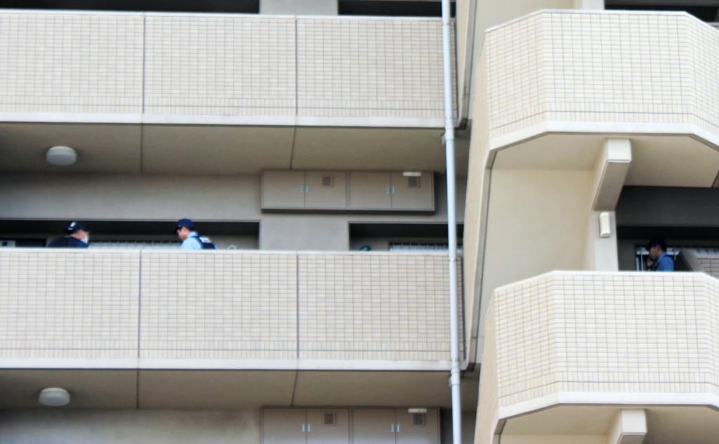 Policias revisan la casa de Kengo Satake en la ciudad de Nagoya, Japón