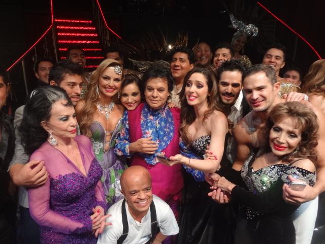 Juan Gabriel entre amigos de la obra de teatro.