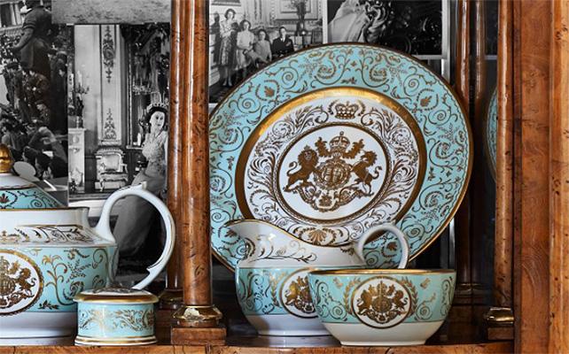 Juego de porcelana decorada con las armas reales
