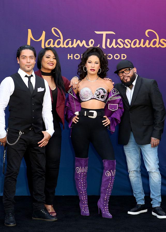 Chris Perez, Suzette Quintanilla y A.B. Quintanilla con la figura de cera de Selena Quintanilla