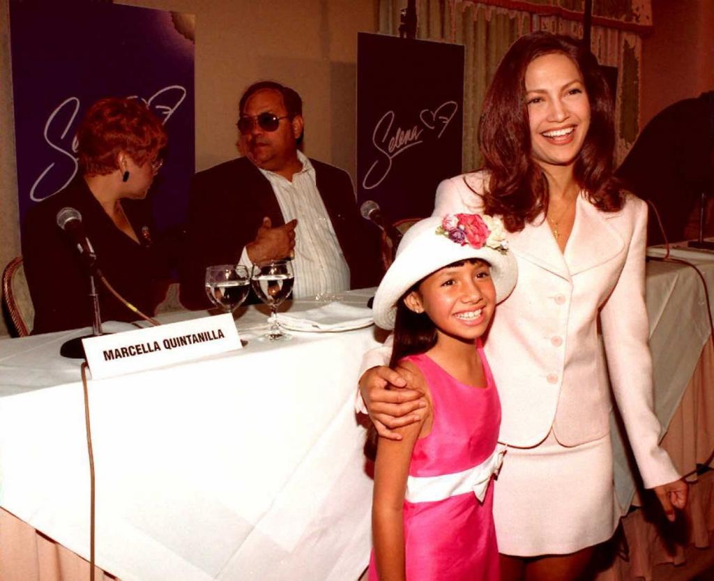Becky Lee Meza cuando tenia 9 años con Jennifer Lopez