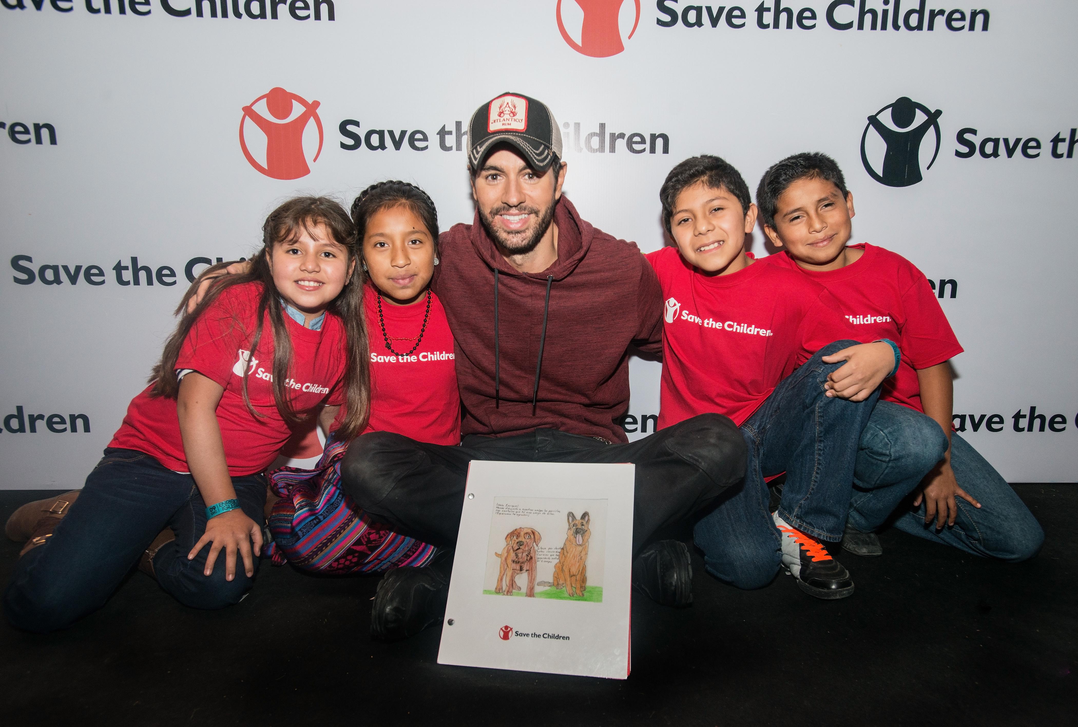 Enrique Iglesias con los niños de Save the Children