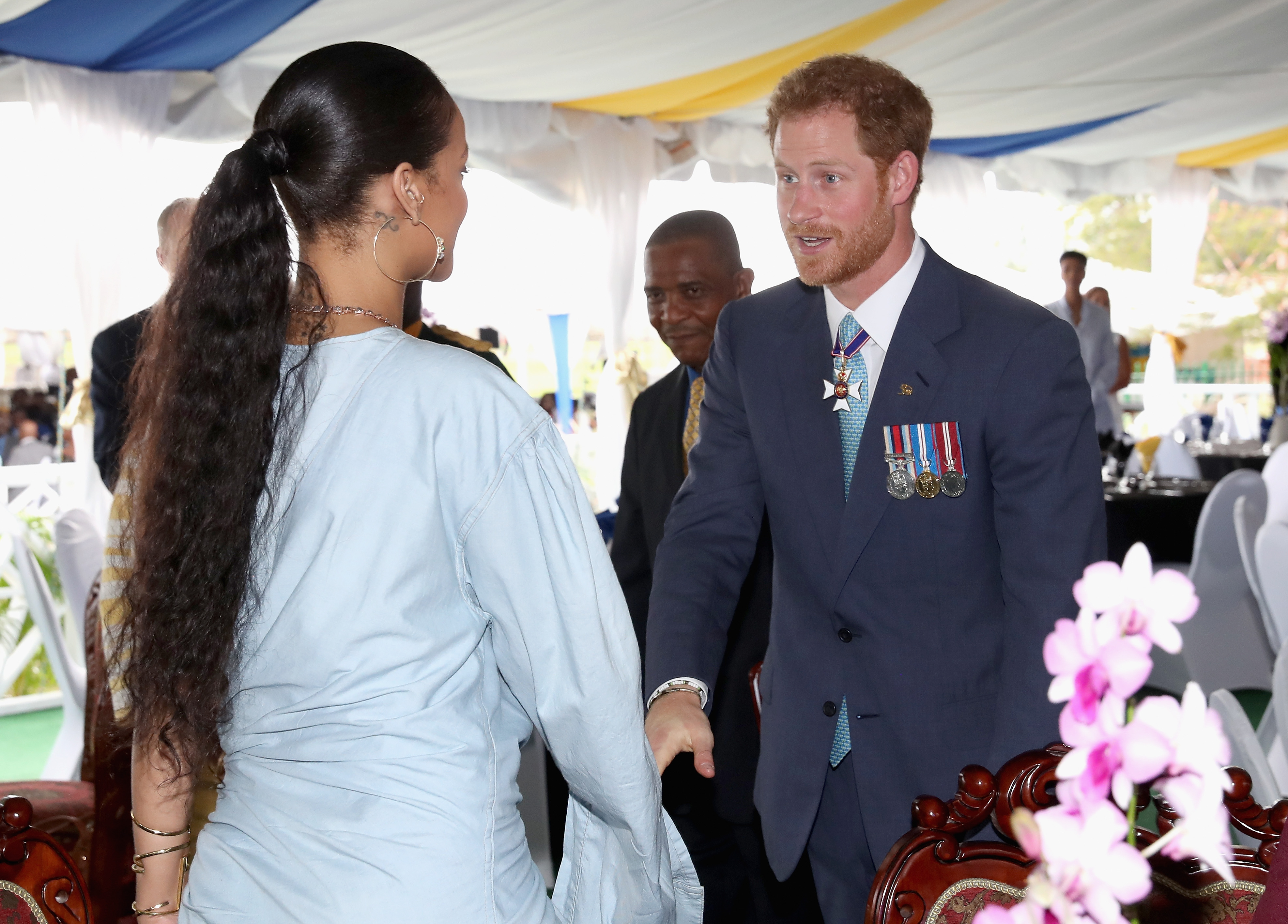 BRIDGETOWN, BARBADOS - NOVEMBER 30: Prince Harry meets Rihanna at a Toast to the Nation Event on day 10 of an official visit to the Caribbean on November 30, 2016 in Bridgetown, Barbados. Prince Harry's visit to The Caribbean marks the 35th Anniversary of Independence in Antigua and Barbuda and the 50th Anniversary of Independence in Barbados and Guyana. (Photo by Rihanna y el príncipe Harry)