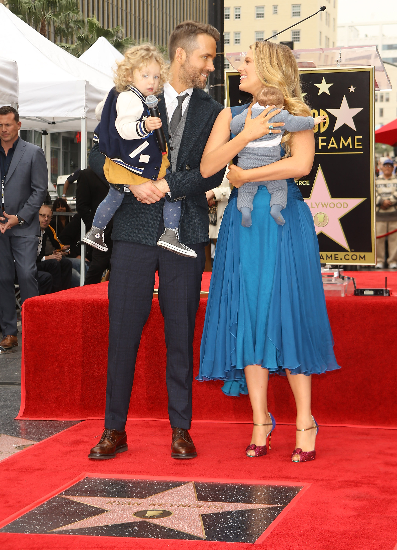 Ryan Reynolds y Blake Lively con sus hijos