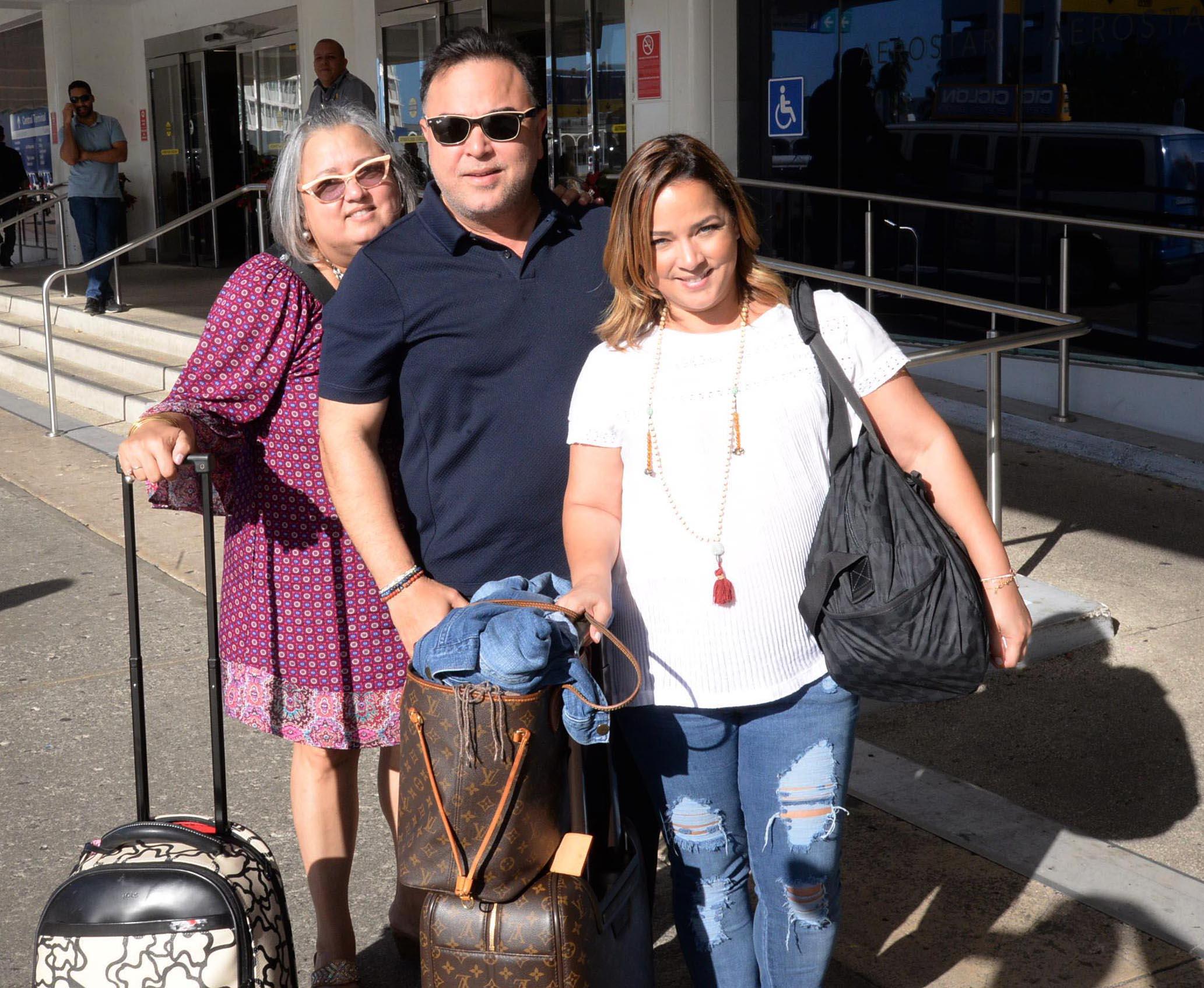 Adamari Lopez Muestra su Gran Sonrisa en Puerto Rico con su Hermano
