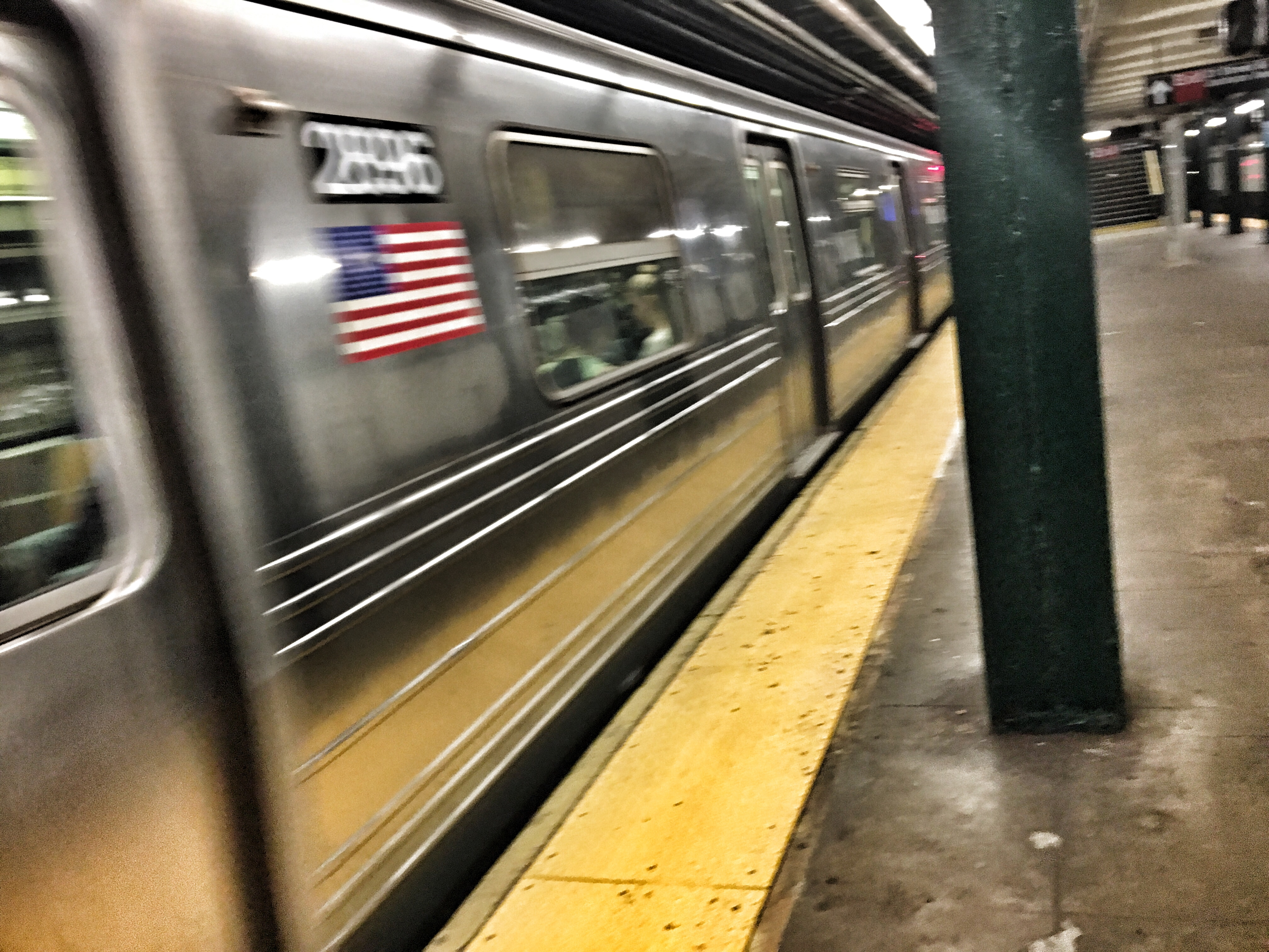 Mujer encarga a su bebé para poder pelear en el metro