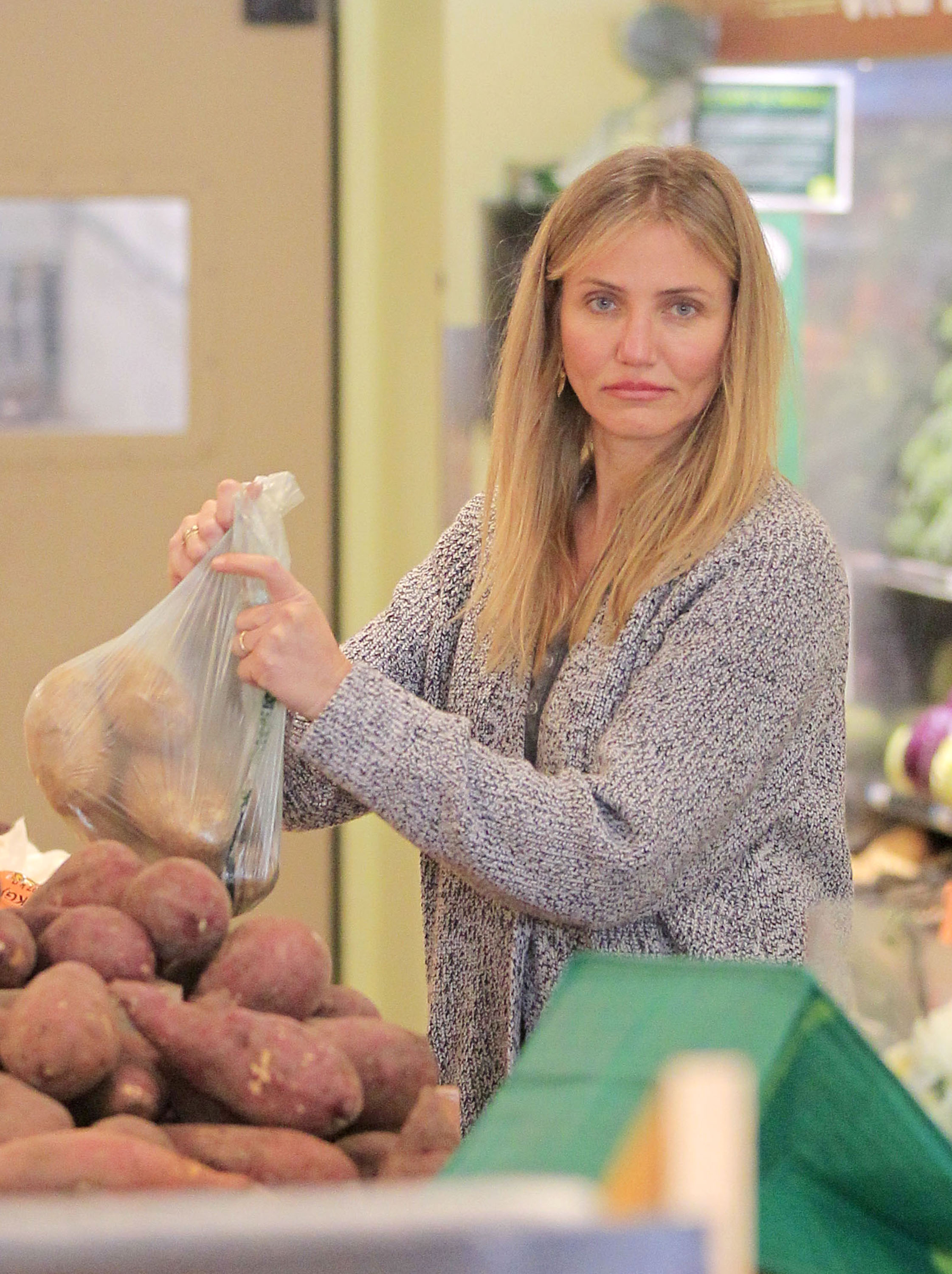 EXCLUSIVE Cameron Diaz Goes Makeup Free To Do Some Eco Friendly Shopping