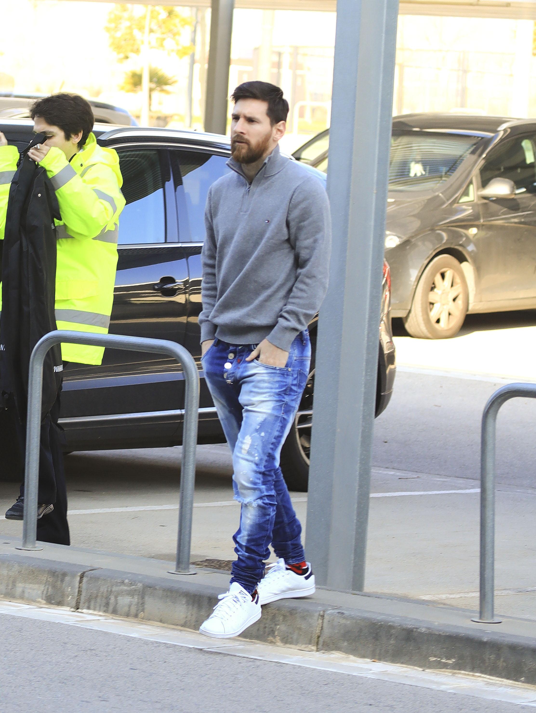 EXCLUSIVE Leo Messi Toma un Vuelo a Egipto con su Hermano