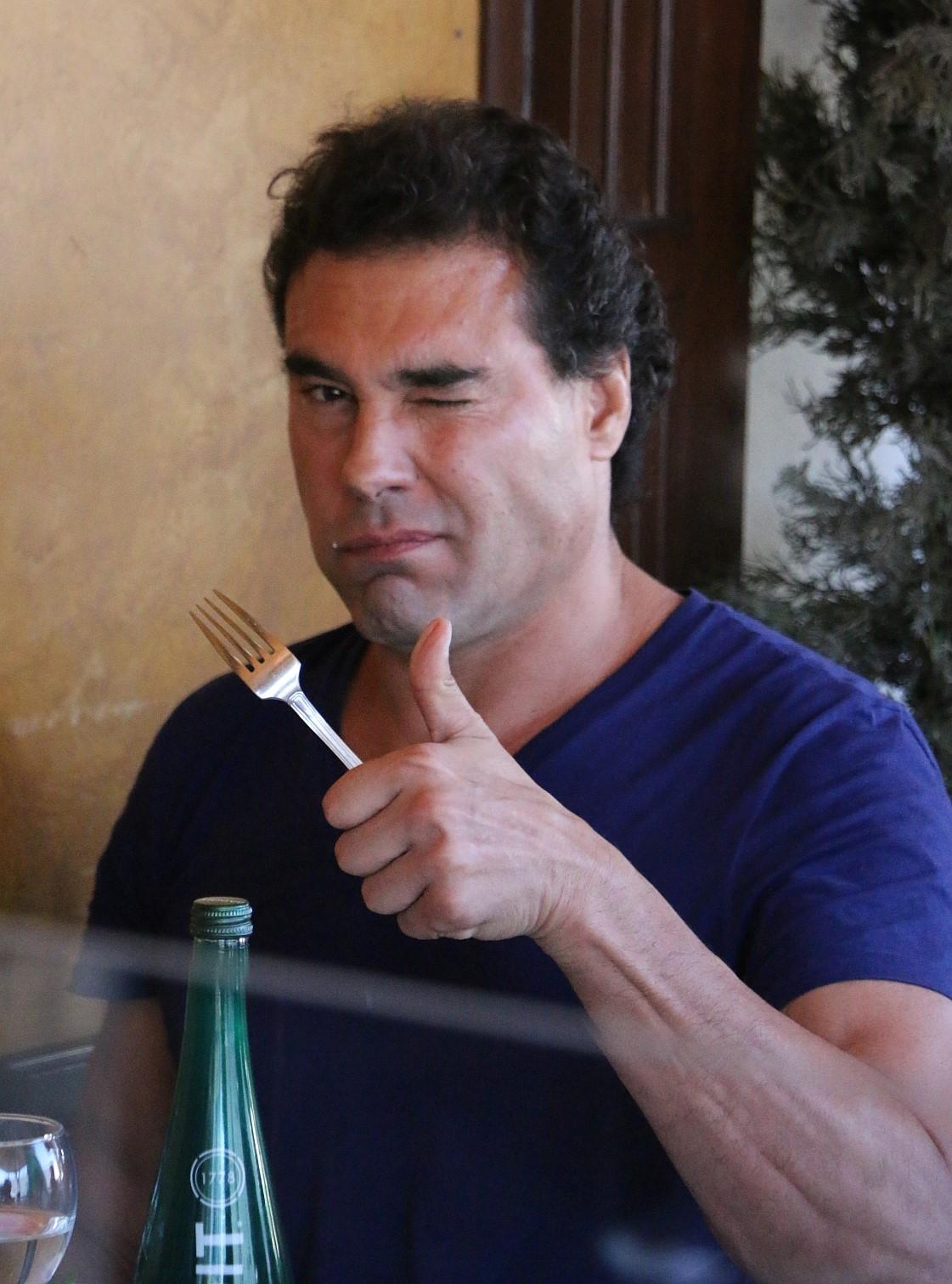 Eduardo Yanez Nos Saluda Con Un Pulgar Arriba Mientras Almuerza Con Un Amigo