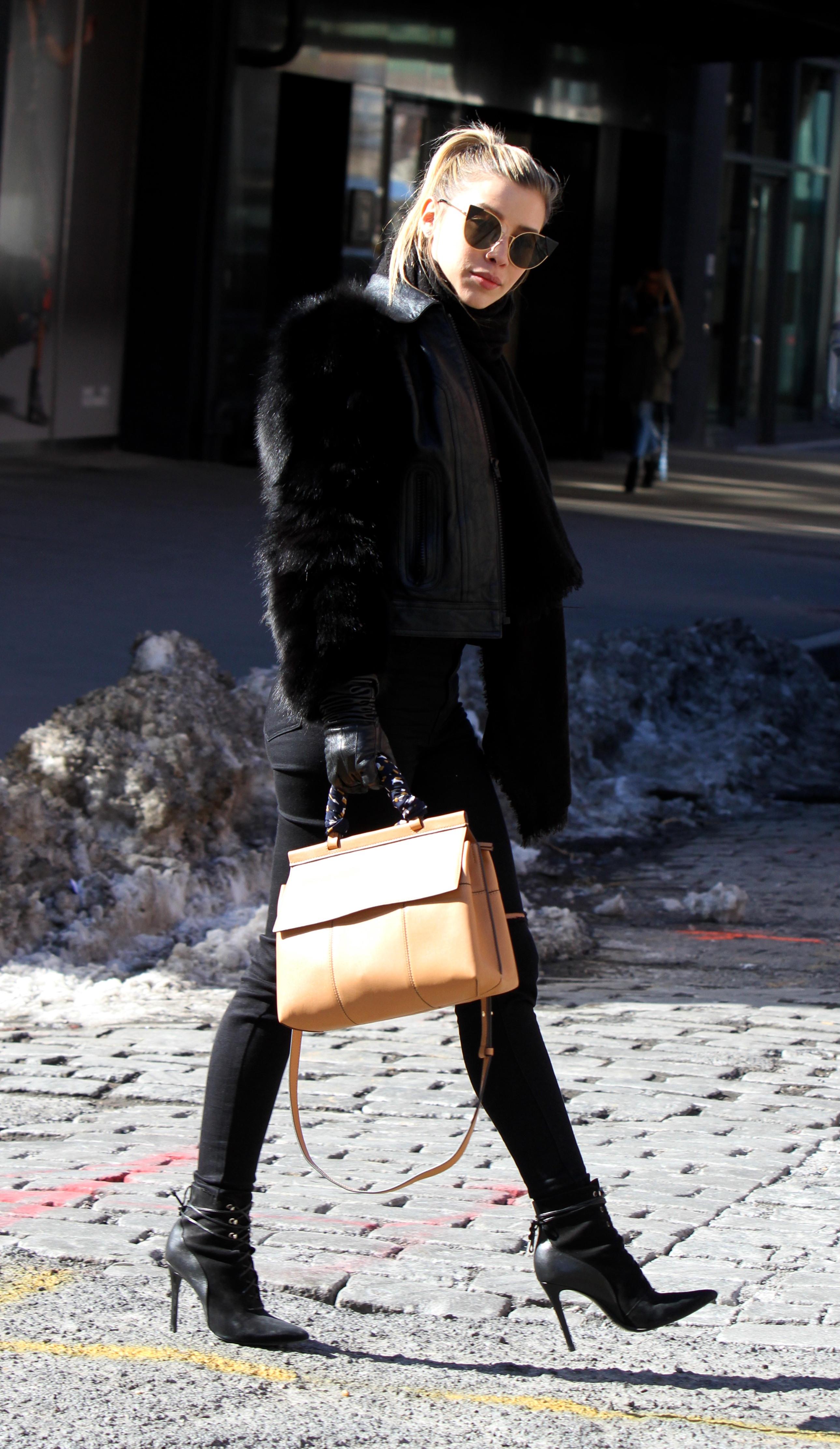 Michelle Salas Super Guapa Pasea Por Manhattan Vestida De Negro Durante La NYFW
