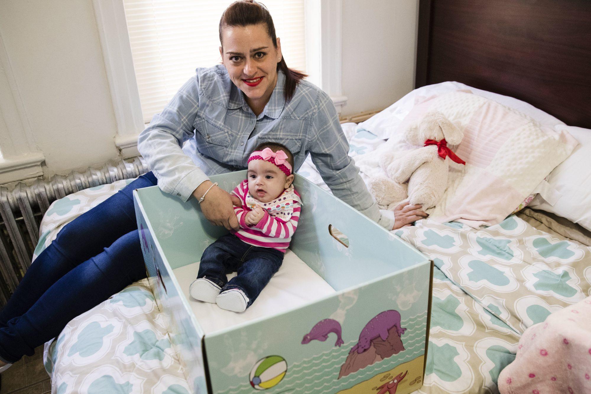 Dolores Peterson y su hija Arabella usando The Baby Box