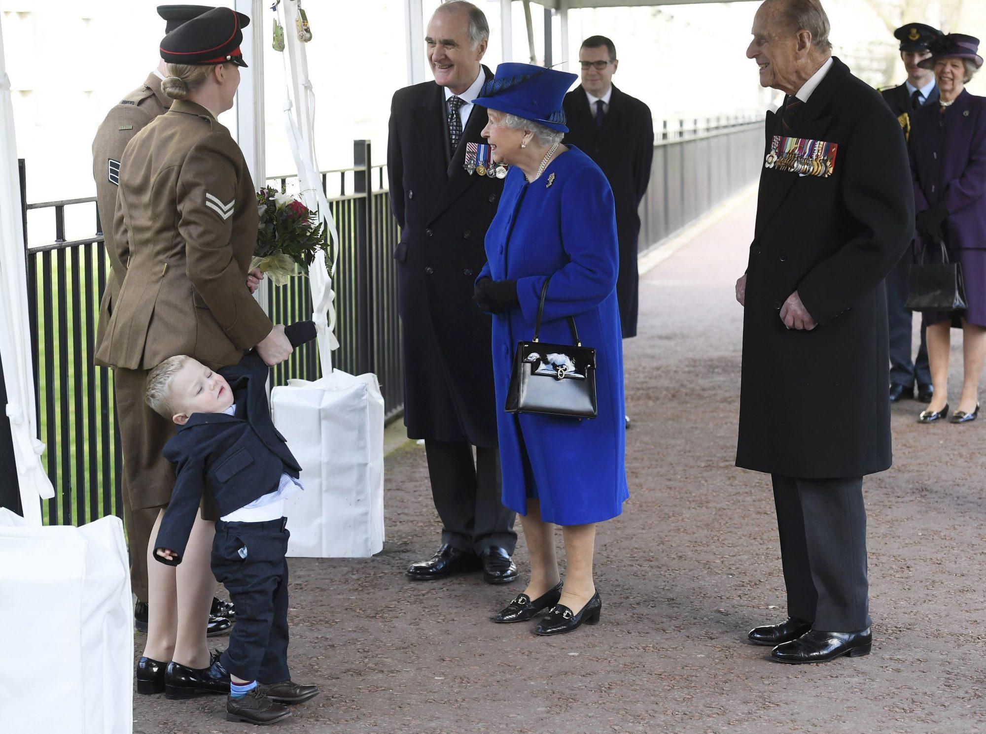Niño hace un berrinche frente de la reina Isabel