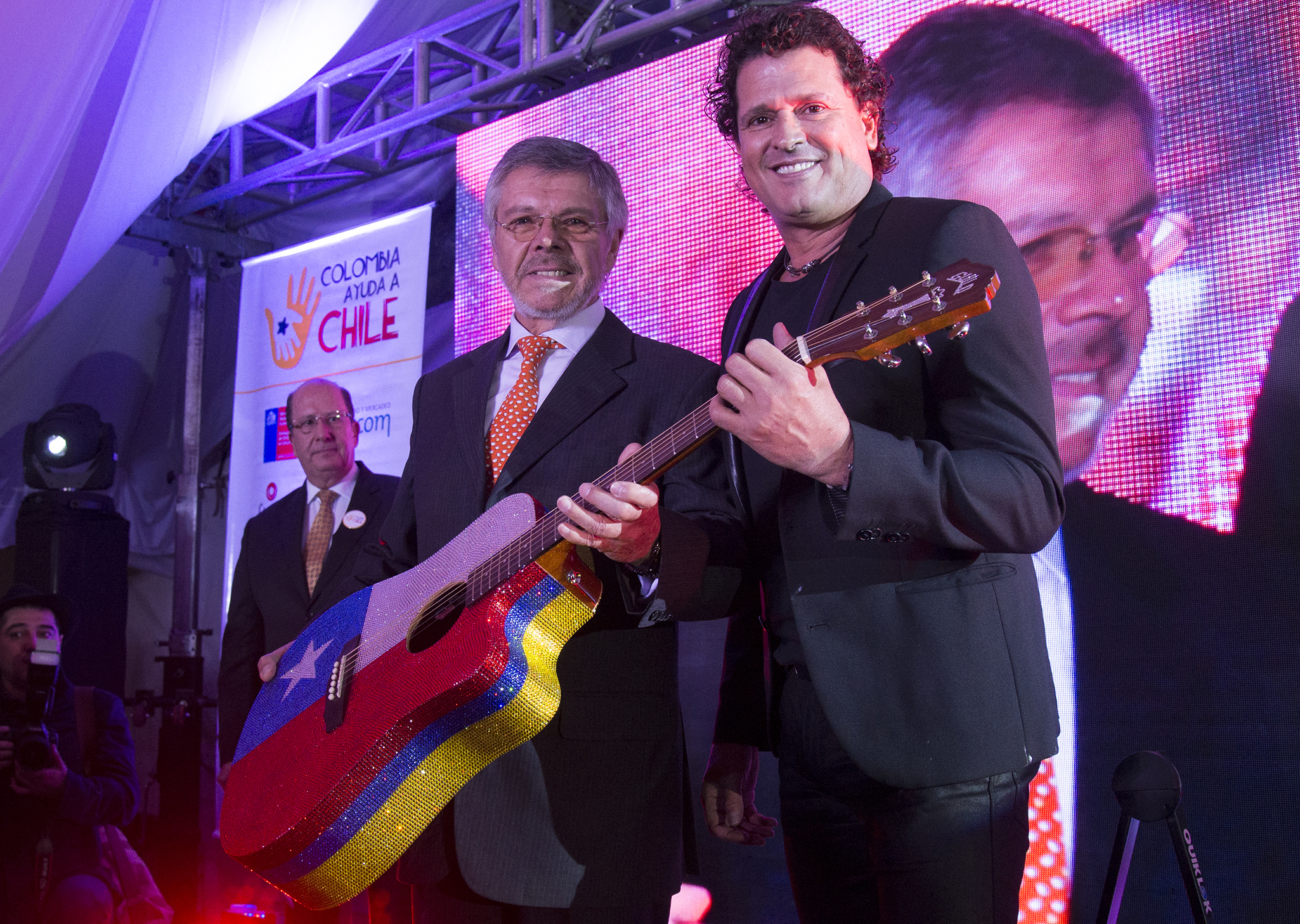 COLOMBIA-CHILE-MUSIC-AUCTION-VIVES