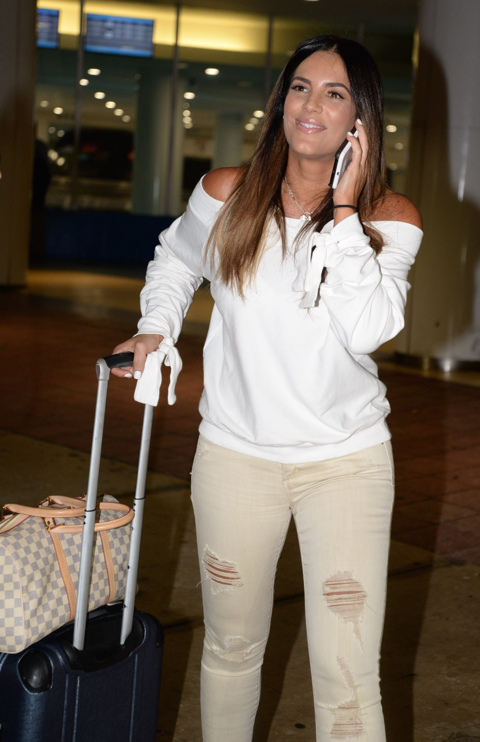 Gaby Espino Sonrie Radiante Luego De Aterrizar En El Aeropuerto De San Juan