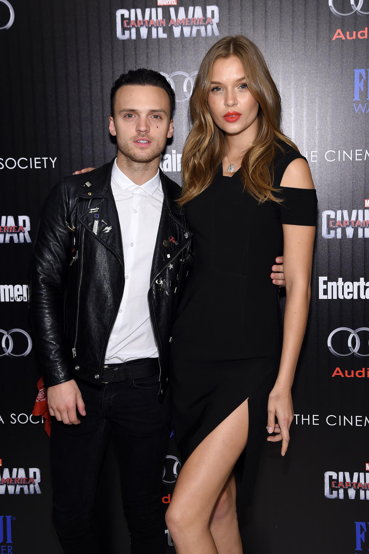 Alexander DeLeon y Josephine Skriver