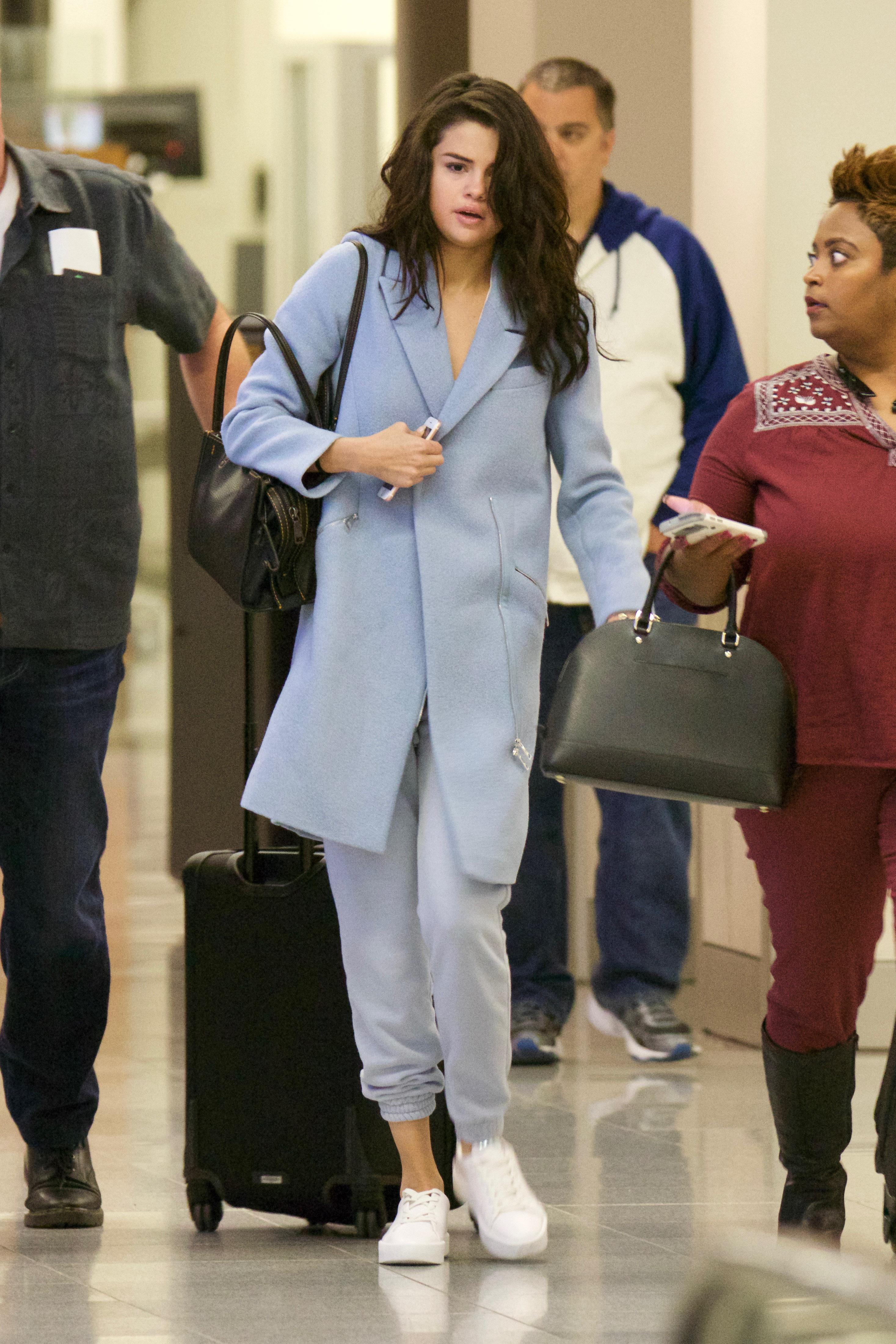 EXCLUSIVE Makeup Free Selena Gomez Looks Sleepy As She Touch Down In Atlanta