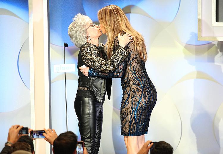 Jennifer López, Rita Moreno, beso, premios GLAAD