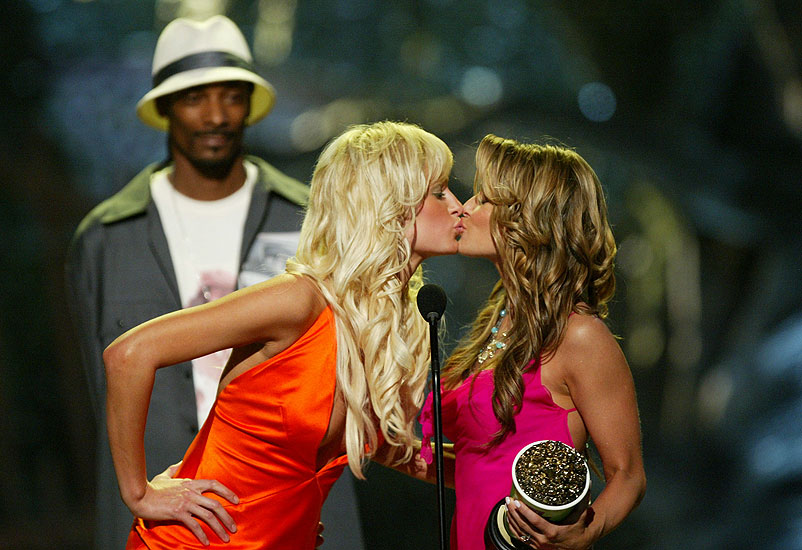 Besos controversiales, Paris Hilton, Carmen Electra