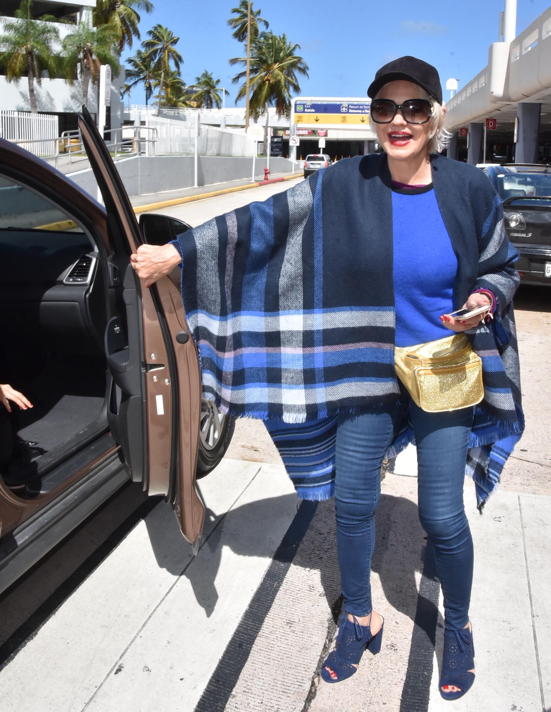 Charytin Goyco Aterriza En San Juan Muy Contenta Vestida De Azul