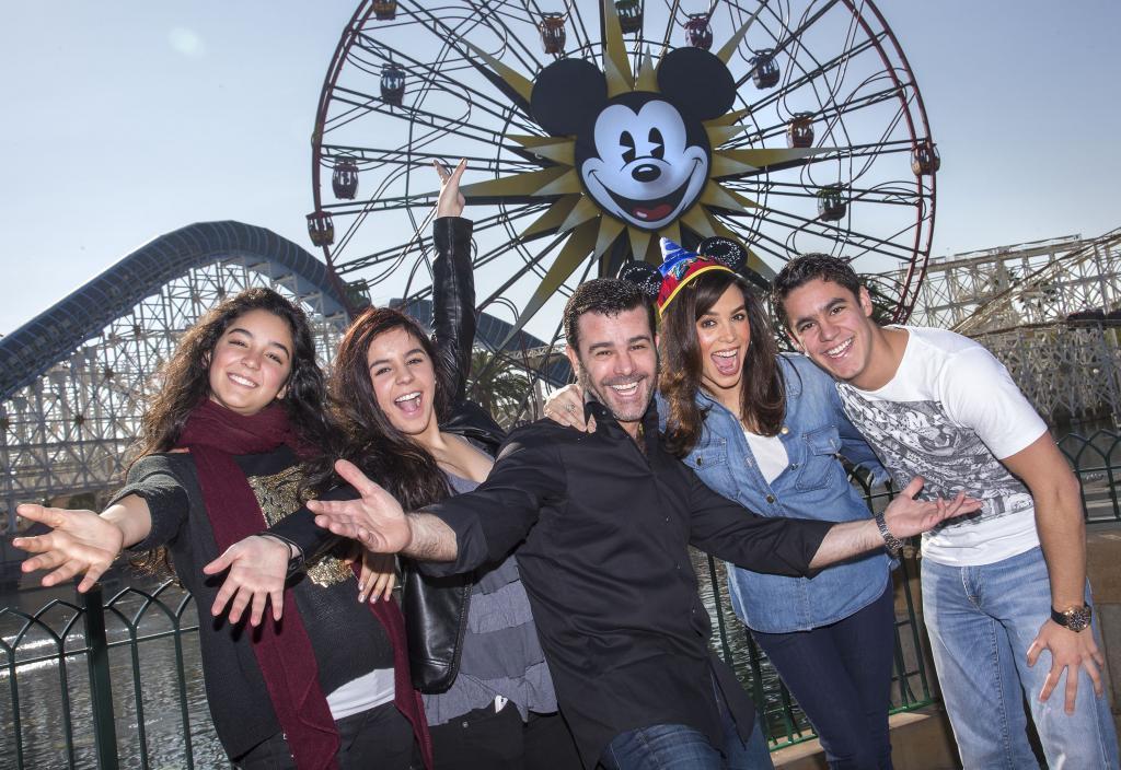 Eduardo Capetillo y Bibi Gaytán en Disneylandia