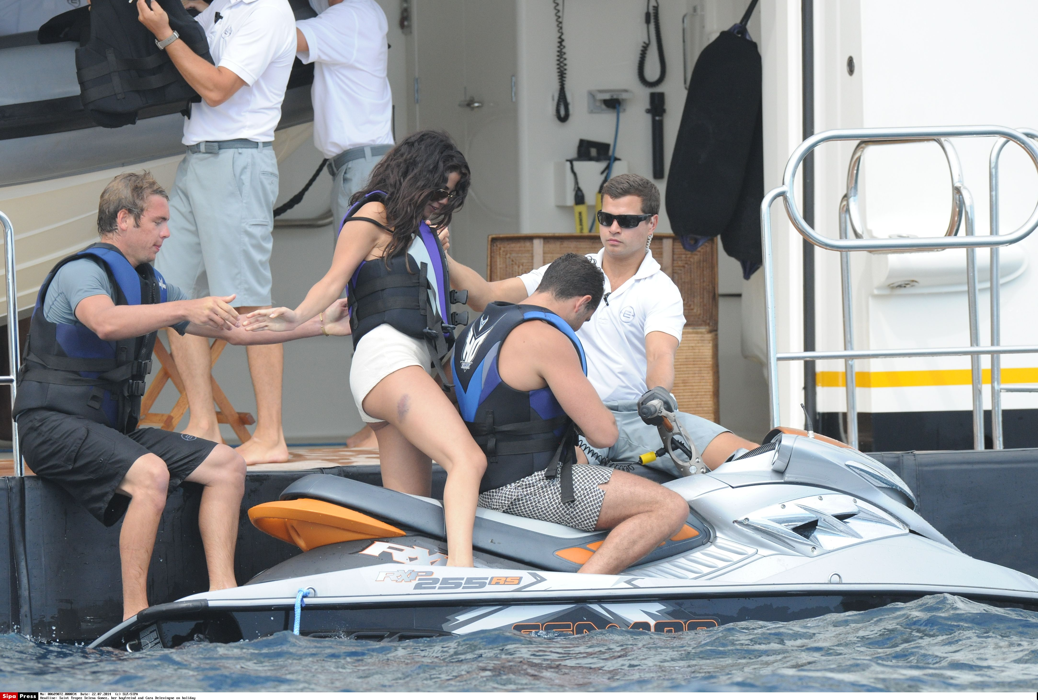Saint Tropez Selena Gomez, her boyfreind and Cara Delevingne on holiday