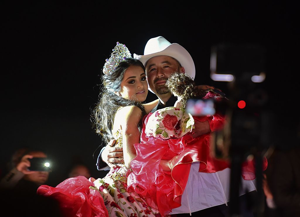 Rubí Ibarra y su padre Crescencio Ibarra en su fiesta de XV años