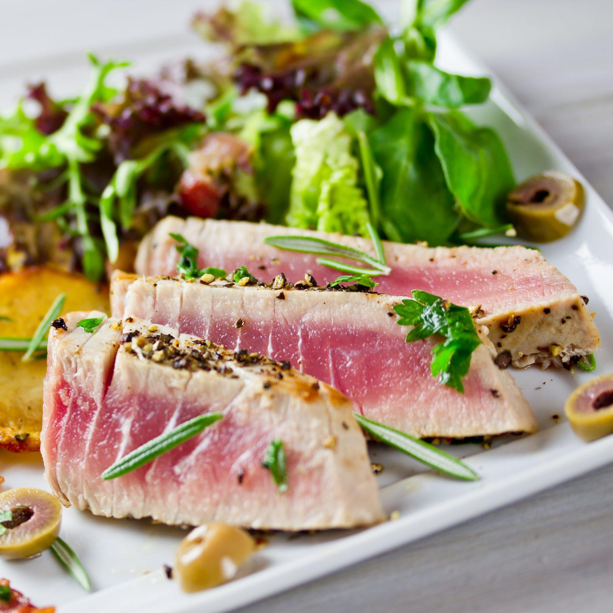 Filete de atún marinado