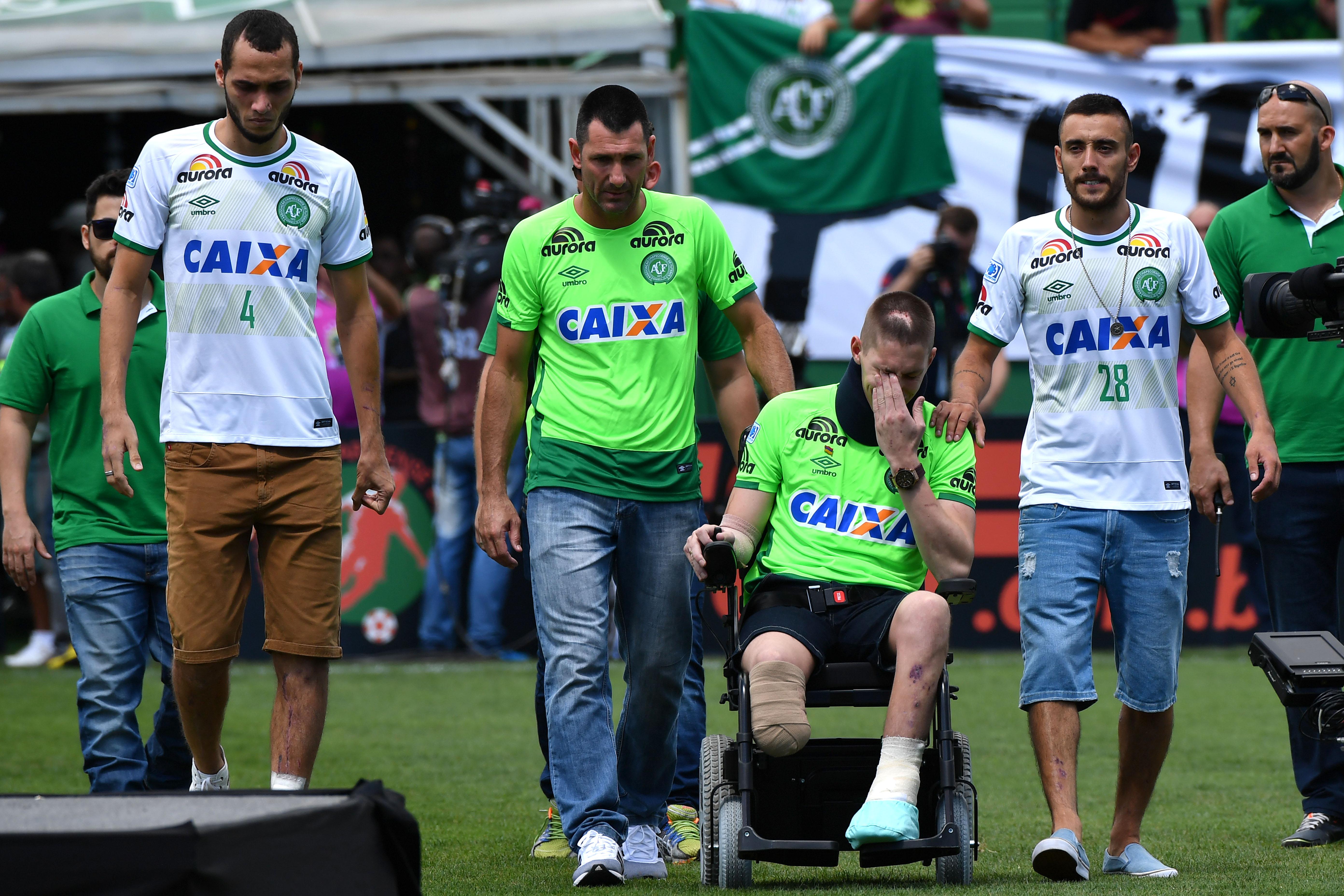 Sobrevivientes del Chapecoense reciben Copa Sudamericana.