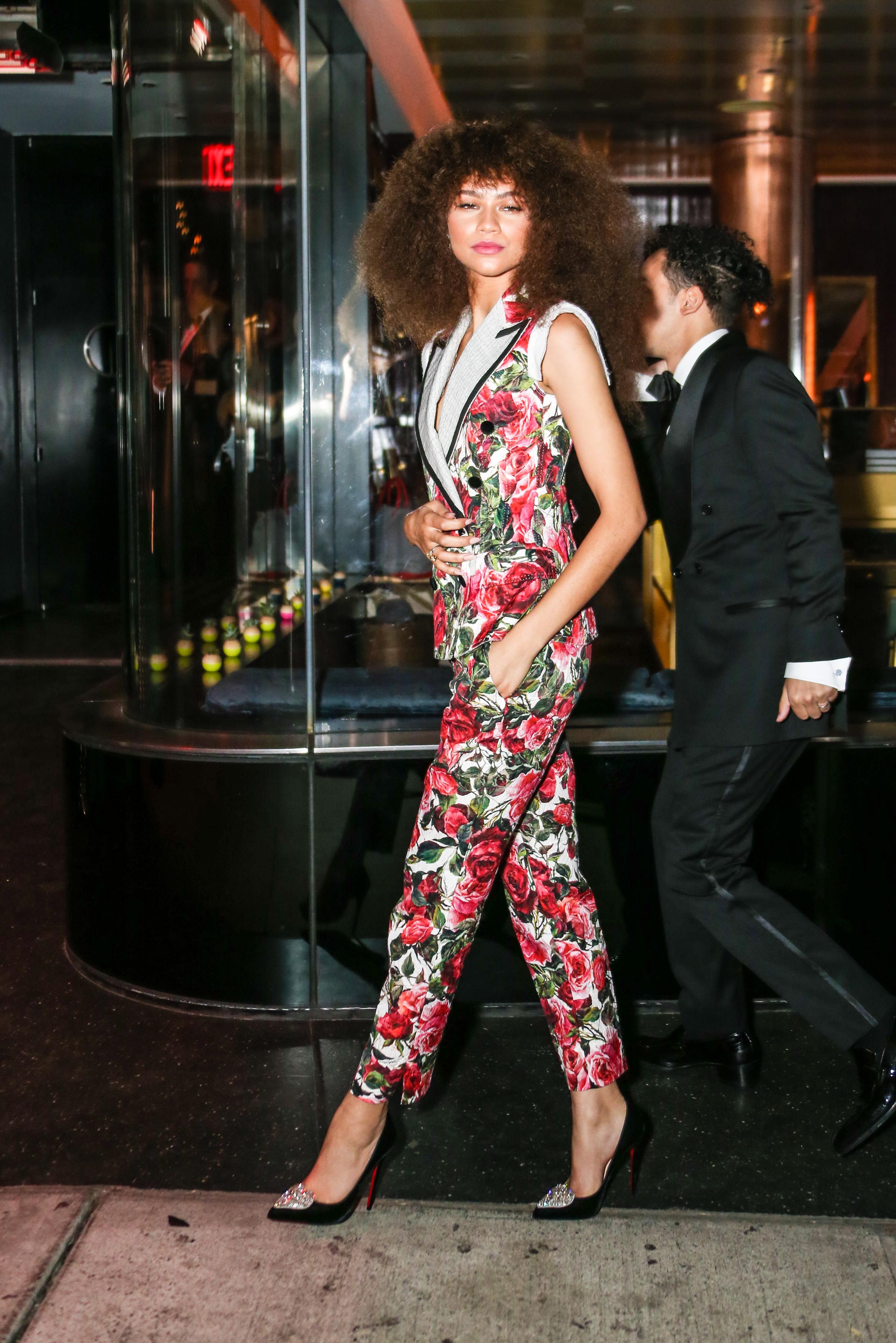 zendaya, floral pantsuit, estampado, set, conjunto, looks