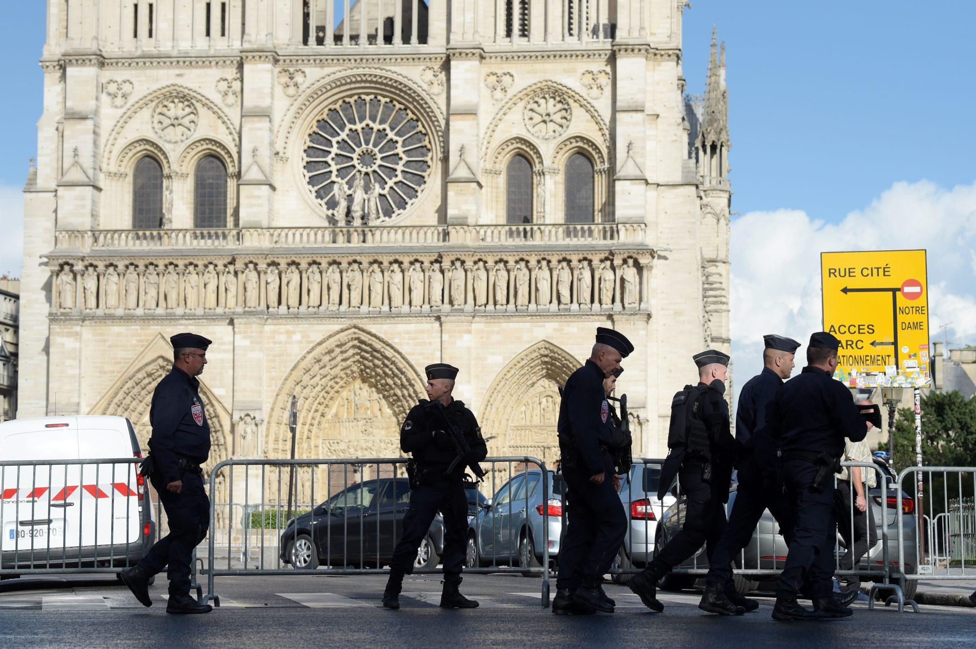 Ataque a policia en Notre-Dame