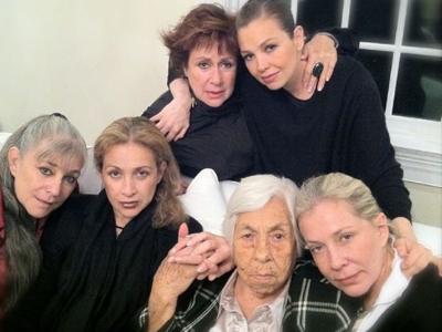 Eva Mange junto a sus cinco nietas