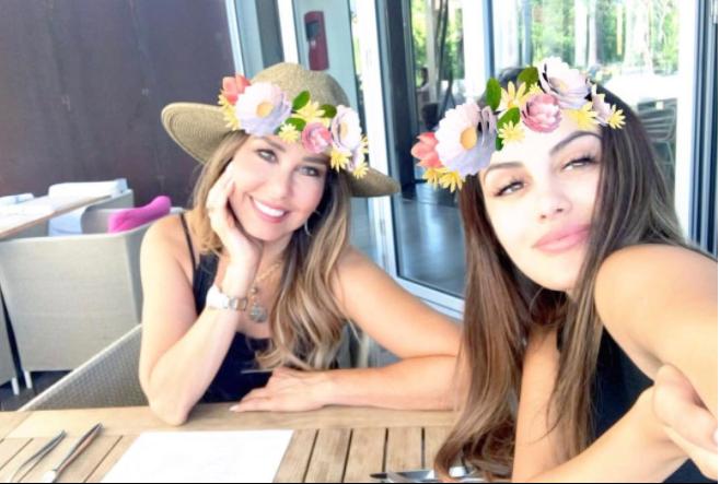 Myrka y Alexa Dellanos