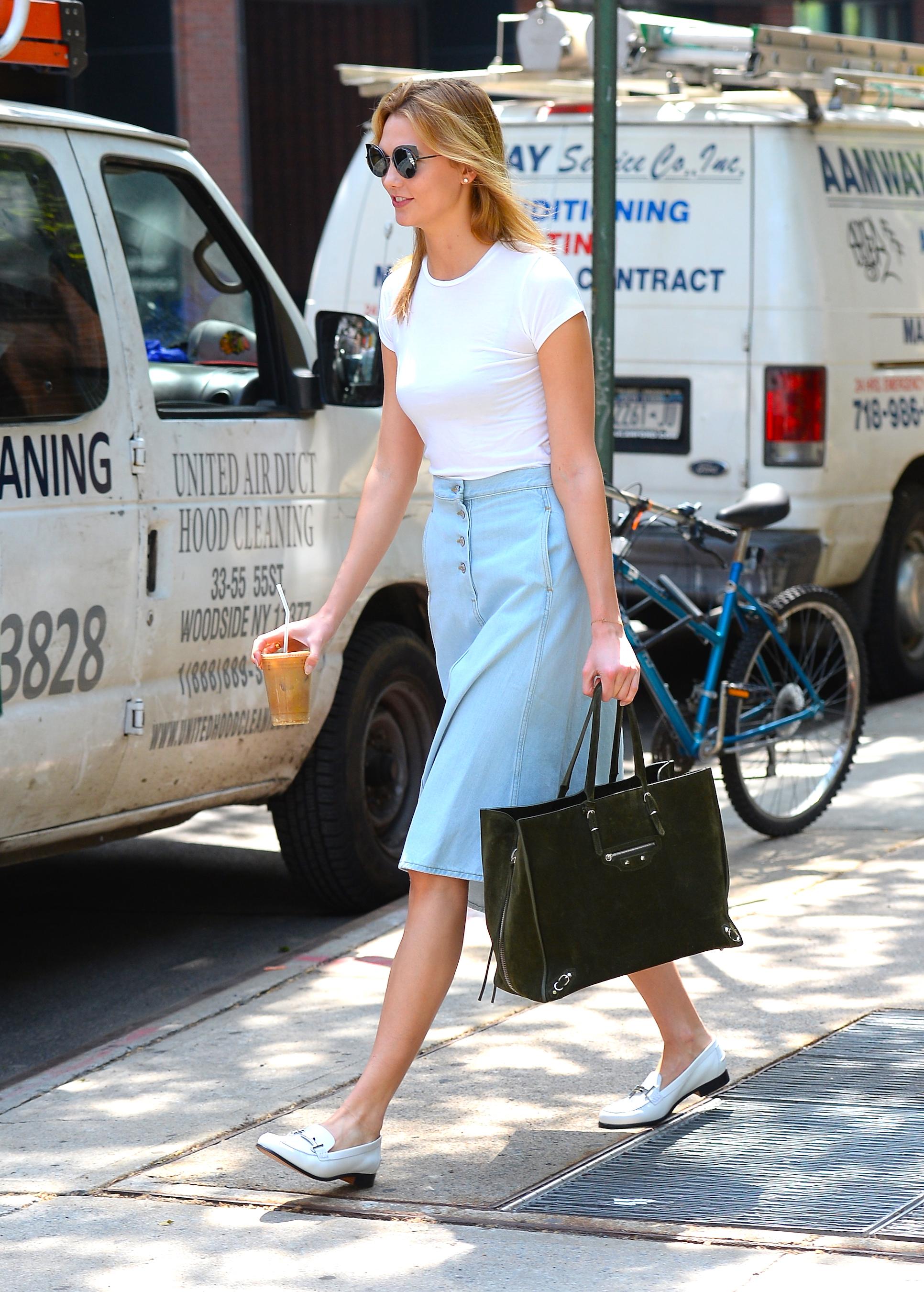 Karlie Kloss, falda de mezclilla, denim skirt, verano, trend