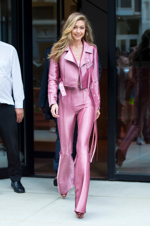 Gigi Hadid, looks, style, estilo, pant suit, pink, set