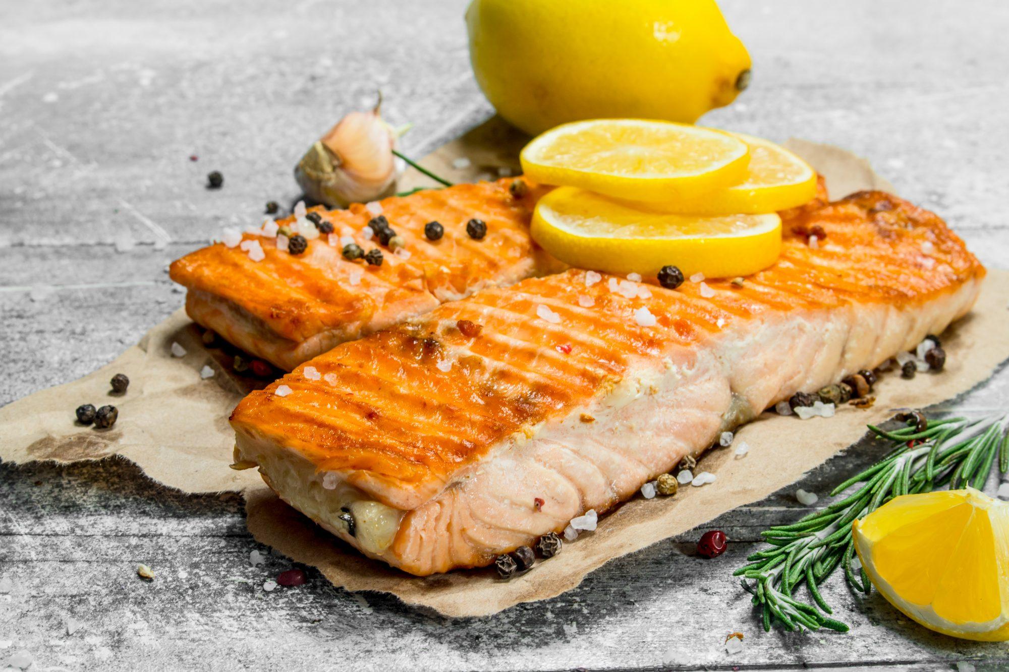 Salmon marinado con limon y ajo