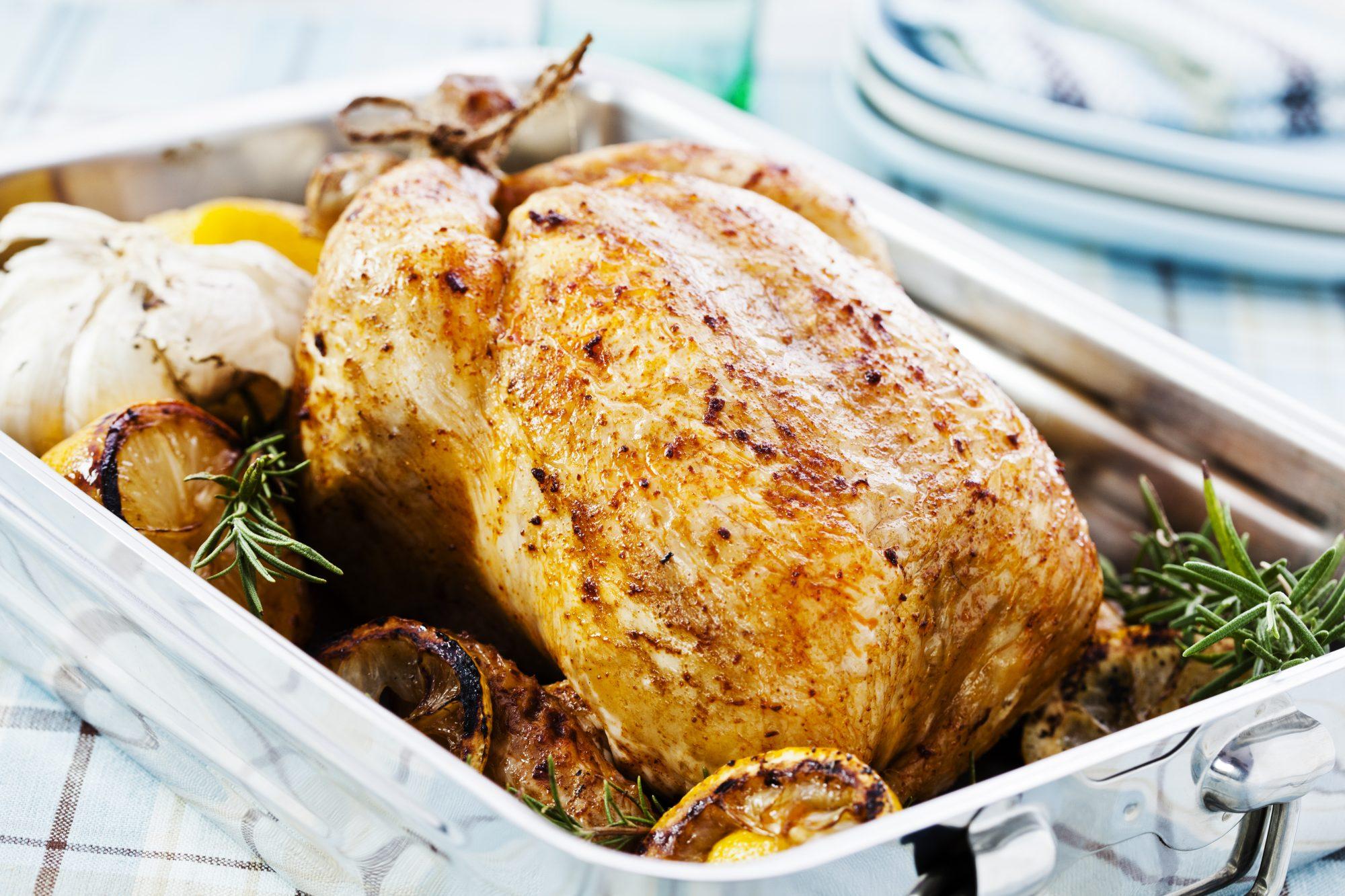Pollo entero al horno jugoso y fácil