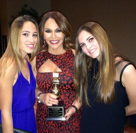 Maria Elena Salinas e hijas