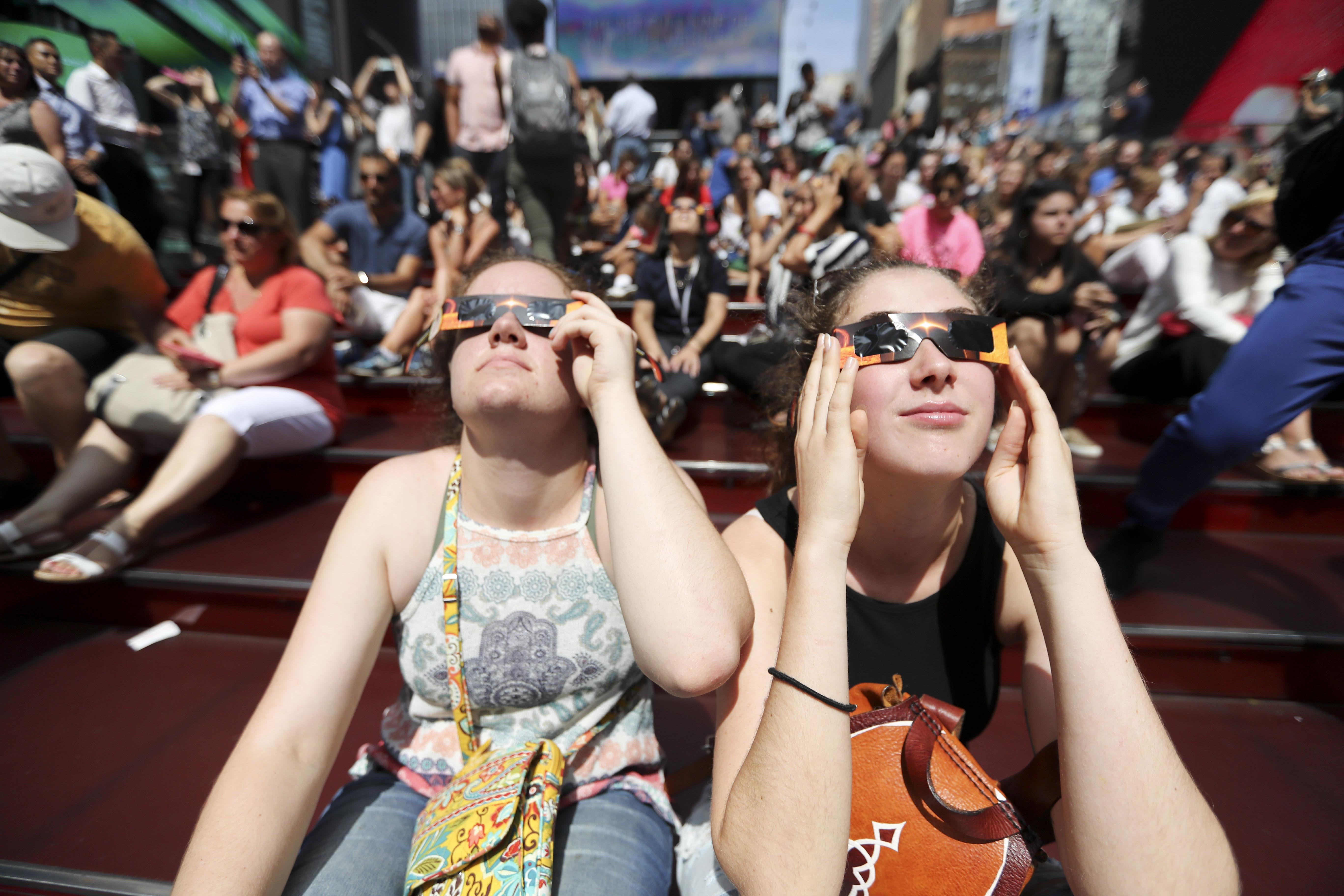 Personas viendo el eclipse en Nueva York.