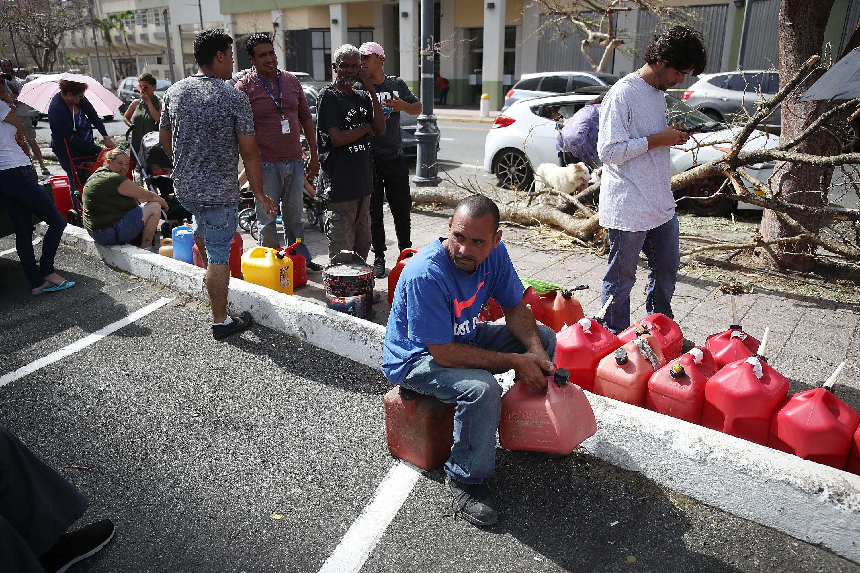 Puertorriqueños hacen fila para comprar gasolina