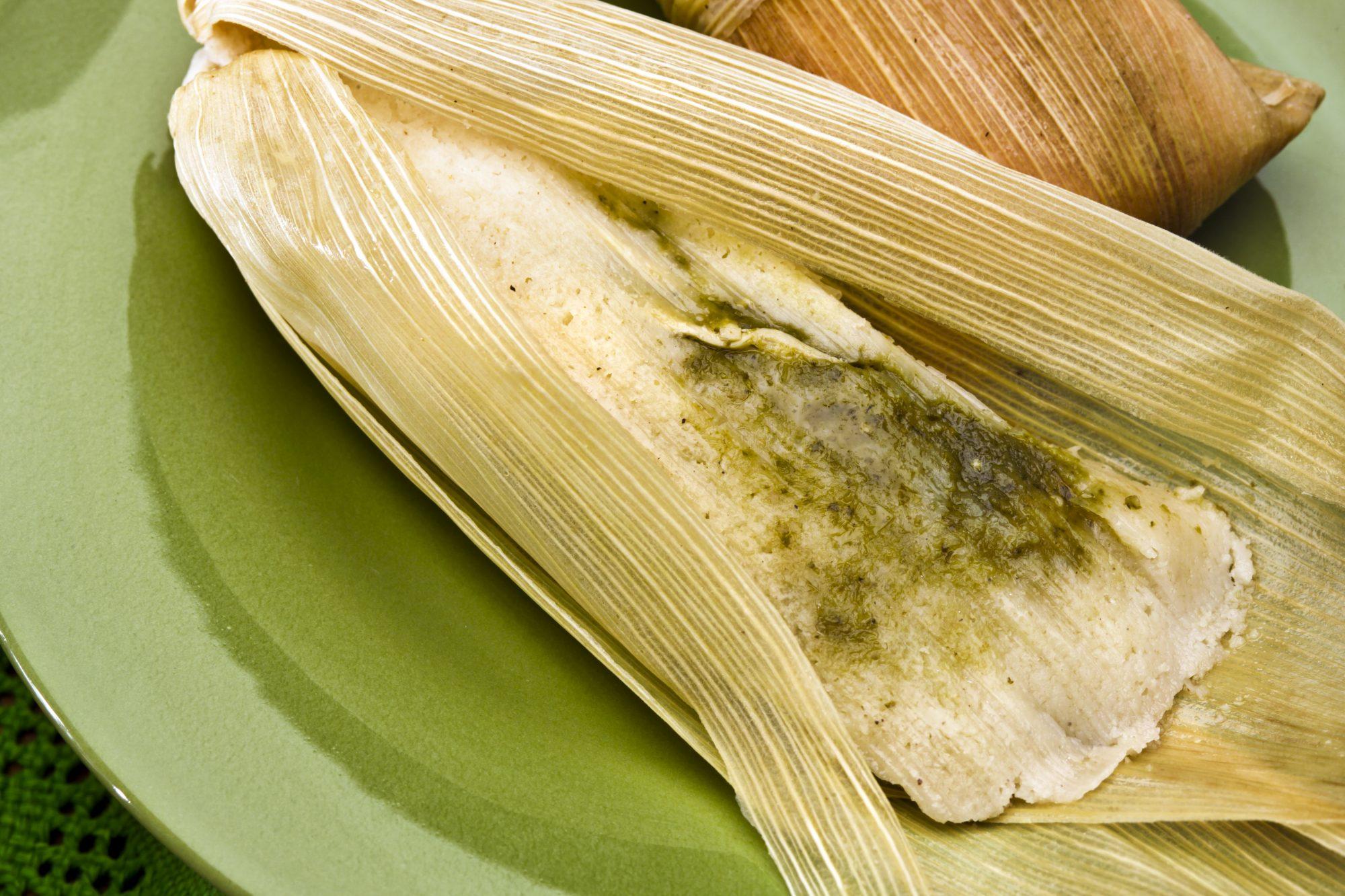 Tamales de rajas con salsa verde y queso